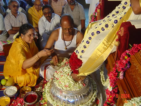 21 - The President of the Sri Sathya Sai Trust and his wife, offer Paada Puja (the traditional worship of sacred feet of the Avatar) to Paramahamsa Sri Nithyananda on