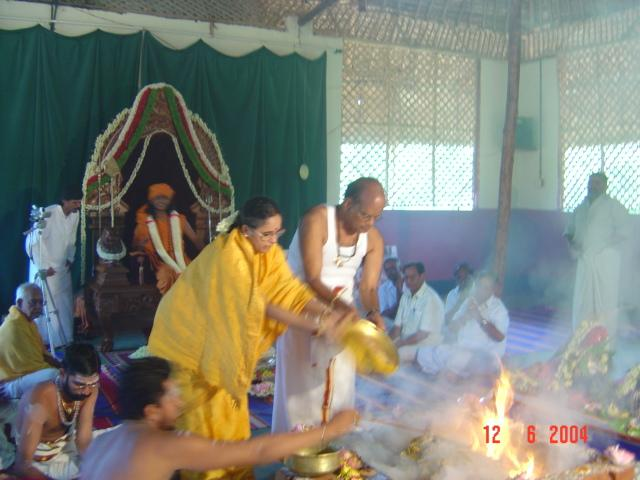 22 - The President of the Sri Sathya Sai Trust make the fire offerings during the coronation ceremony, in the divine presence of Paramahamsa Sri Nithyananda Swamiji